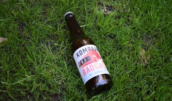 Kompaan Badgast Ripped bottle on grass
